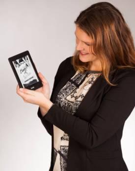 Hannah Siebern Amazon Kindle in der Hand