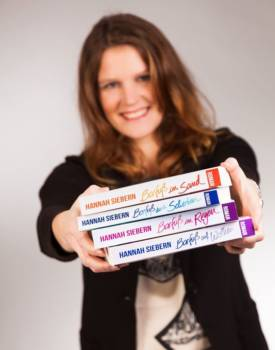 Hannah Siebern mit den ersten 4 Büchern der Barfuß Reihe in der Hand