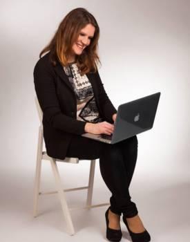 HAnnah Siebern Schriftstellerin beim schreiben eines Buches