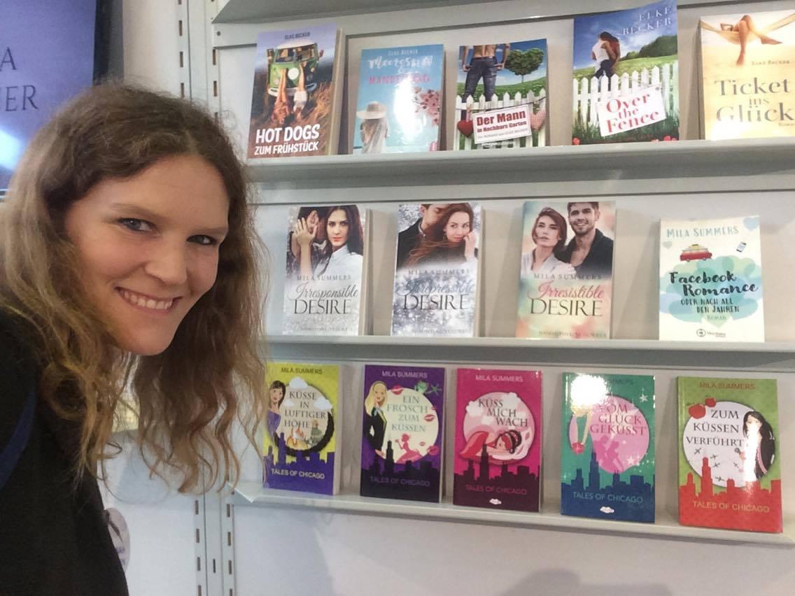 Hannah vor einem Bücherregal auf der Frankfurter Buchmesse