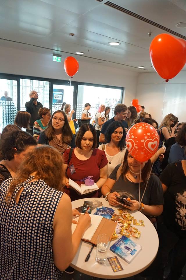 Hannah Siebern auf der Signierstunde der Frankfurter Buchmesse