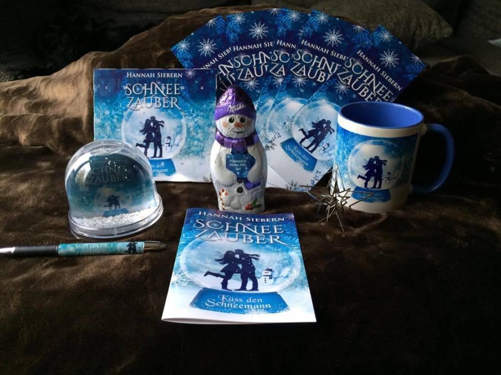Schneezauber Goodies - Gewinne für die Blogtour verlosung. Adventskalender, Schokoschneemann, Buch, Schneekugel, Lesezeichen, Tasse