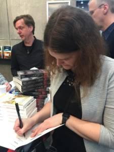 Hannah Siebern signiert Bücher für Ihre Fans auf der Buchmesse 2018